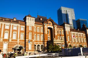 夕日に照らされる東京駅舎の写真素材 [FYI04832478]