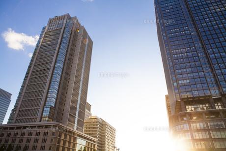 新丸ビルと丸ビルを照らす夕日の写真素材 [FYI04832479]