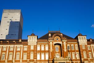 夕日に照らされる東京駅舎の写真素材 [FYI04832480]