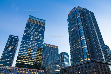 夕暮れ時のJPタワーと丸ビルの写真素材 [FYI04832500]