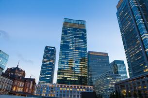 夕暮れ時の東京駅丸の内口の写真素材 [FYI04832501]
