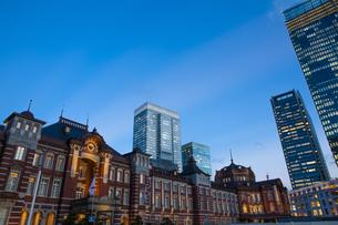 夕暮れ時の東京駅丸の内口の写真素材 [FYI04832503]