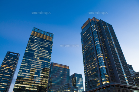 夕暮れ時のJPタワーと丸ビルの写真素材 [FYI04832505]