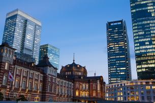 夕暮れ時の東京駅丸の内口の写真素材 [FYI04832506]