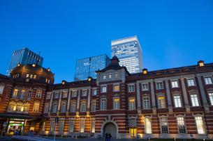 夕暮れ時の東京駅丸の内口の写真素材 [FYI04832508]