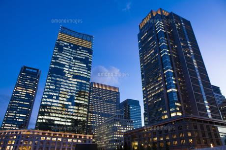 夕暮れ時のJPタワーと丸ビルの写真素材 [FYI04832509]