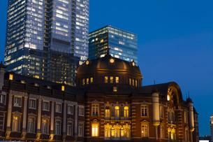 夕暮れ時の東京駅丸の内口の写真素材 [FYI04832510]