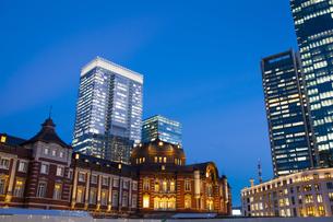夕暮れ時の東京駅丸の内口の写真素材 [FYI04832511]