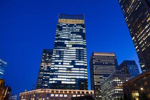 夕暮れ時のJPタワーと丸ビルの写真素材 [FYI04832513]