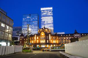 夕暮れ時の東京駅丸の内口の写真素材 [FYI04832514]