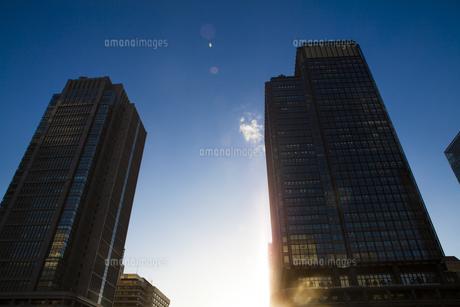 新丸ビルと丸ビルを照らす夕日の写真素材 [FYI04832529]