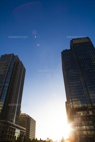新丸ビルと丸ビルを照らす夕日の写真素材 [FYI04832530]