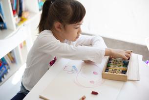 クレヨンで絵を描いている女の子の写真素材 [FYI04832771]