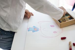 女の子が描いているお母さんの絵の写真素材 [FYI04832773]