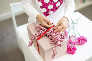 プレゼントの用意をしている女の子の写真素材 [FYI04832824]