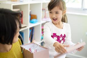 プレゼントを開けている親子の写真素材 [FYI04832830]