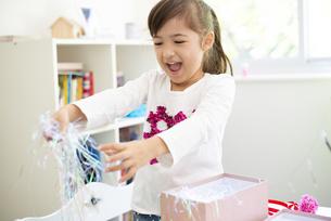 プレゼントを開けている女の子の写真素材 [FYI04832832]