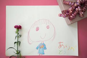 子供の絵とカーネーションとプレゼントの写真素材 [FYI04832852]