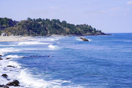 良い波で知られる日本海の宇野海水浴場(鳥取県)で春先からサーフィンの写真素材 [FYI04832861]