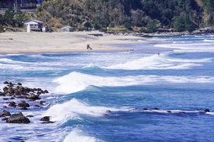 良い波で知られる日本海の宇野海水浴場(鳥取県)で春先からサーフィンの写真素材 [FYI04832862]
