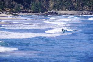 良い波で知られる日本海の宇野海水浴場(鳥取県)で春先からサーフィンの写真素材 [FYI04832863]