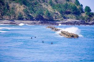 良い波で知られる日本海の宇野海水浴場(鳥取県)で春先からサーフィンの写真素材 [FYI04832864]