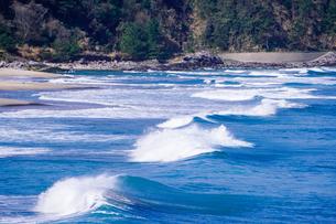 良い波で知られる日本海の宇野海水浴場(鳥取県)で春先からサーフィン(人物なし)の写真素材 [FYI04832866]