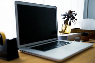 ノートパソコンとワークスペーステーブル周りのスナップ写真の写真素材 [FYI04832883]
