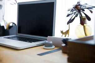 ノートパソコンとワークスペーステーブル周りのスナップ写真の写真素材 [FYI04832892]