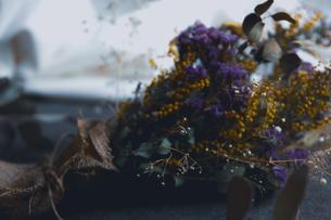 ミモザとスターチスのドライフラワーのスワッグの写真素材 [FYI04832917]