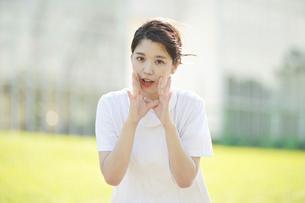 呼びかけるポーズをする白衣の女性の写真素材 [FYI04833069]