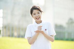 「納得」のポーズをする白衣の女性の写真素材 [FYI04833070]