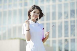 ガッツポーズをする白衣の女性の写真素材 [FYI04833071]