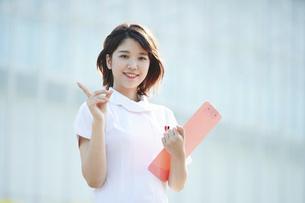 人差し指を立てる白衣の女性の写真素材 [FYI04833072]