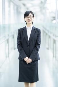スーツ姿で笑顔を見せる若い女性の写真素材 [FYI04833080]
