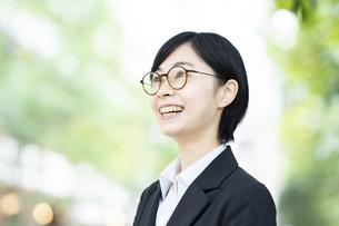 スーツ姿で笑顔を見せる若い女性の写真素材 [FYI04833081]