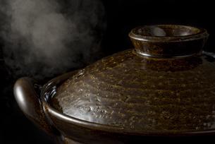 土鍋から立ちのぼる湯気の写真素材 [FYI04833340]