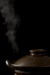 土鍋から立ちのぼる湯気の写真素材 [FYI04833342]