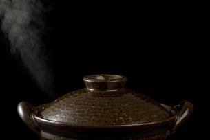 土鍋から立ちのぼる湯気の写真素材 [FYI04833344]