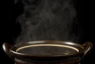 土鍋から立ちのぼる湯気の写真素材 [FYI04833345]