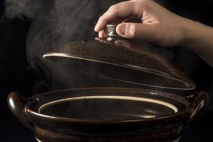 土鍋から立ちのぼる湯気の写真素材 [FYI04833347]