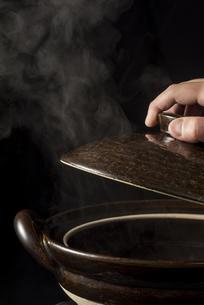 土鍋から立ちのぼる湯気の写真素材 [FYI04833349]