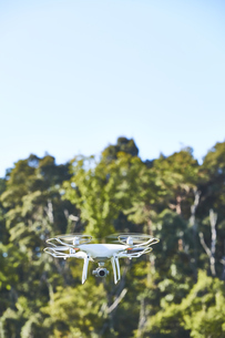 森の中で飛ぶドローンの写真素材 [FYI04833365]