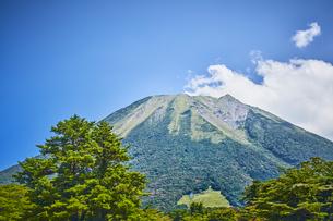 青空と山の写真素材 [FYI04833493]