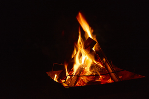 焚き火台の上でもえる焚き火の写真素材 [FYI04833508]