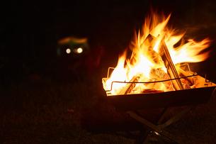 焚き火台の上でもえる焚き火の写真素材 [FYI04833509]