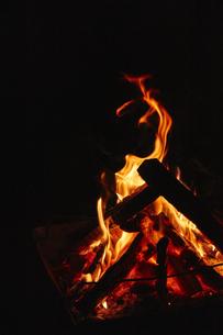焚き火台の上でもえる焚き火の写真素材 [FYI04833510]