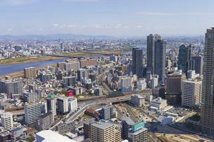 梅田スカイビルの空中庭園から見る大阪の街の写真素材 [FYI04833586]