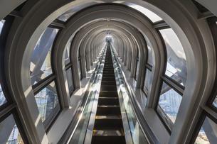 梅田スカイビル・空中庭園へ上るエスカレーターの写真素材 [FYI04833588]