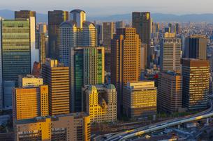 梅田スカイビルの空中庭園から見る大阪の夕景の写真素材 [FYI04833590]